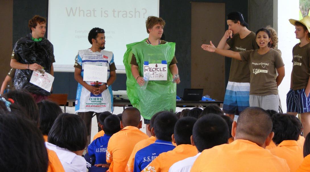 Estudiantes tailandeses aprendiendo sobre los efectos negativos de la basura.